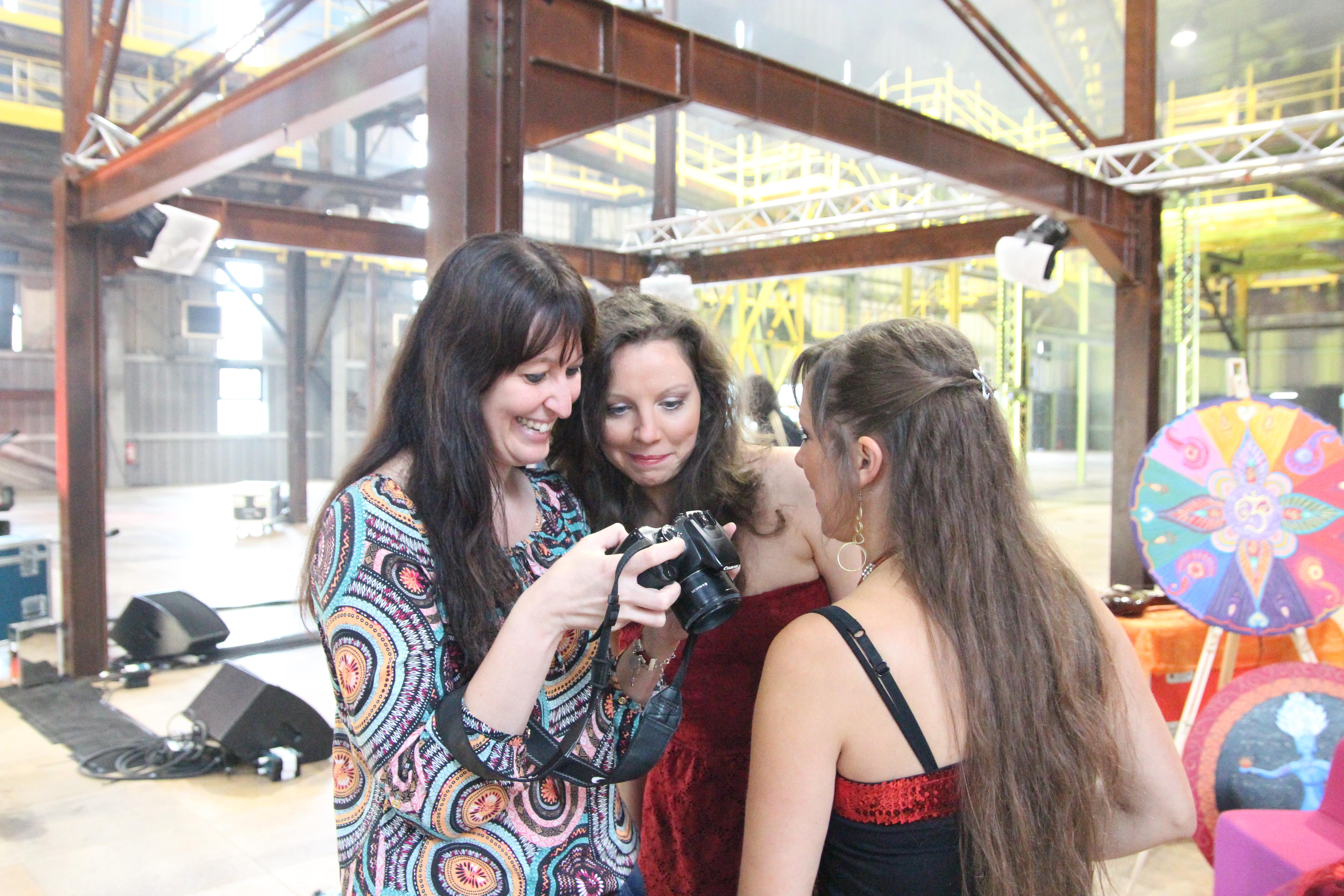 regard sur les photos avec Marie-Laure et Stéphanie